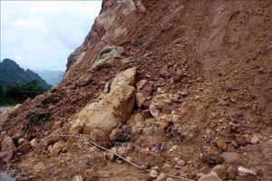 Đất đá vùi lấp hàng chục mét đường đèo Bảo Lộc