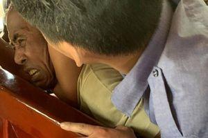 Nhân viên tàu SE8 khống chế hành khách nghi ngáo đá trên tàu
