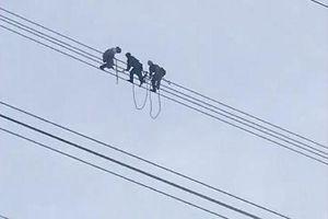 Giải cứu nam thanh niên ngồi vắt vẻo trên đường điện cao thế
