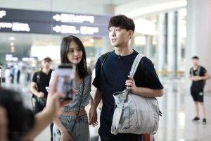 Mặc cho fan phản đối, Trịnh Sảng vẫn hạnh phúc, cùng Trương Hằng xuất hiện ân ái tại sân bay