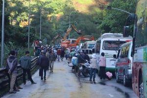Đèo Bảo Lộc sạt lở, hàng trăm phương tiên bị 'chôn chân'