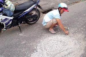Tặng giấy khen cho thanh niên đục mảng bê tông trên đường vì sợ người khác bị tai nạn