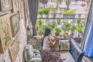 Ban công xanh mát trên tầng cao bất chấp nắng gió nhờ trồng rau và hoa ở TP HCM