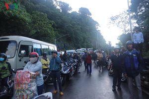 Sạt lở đất trên đèo Bảo Lộc (Lâm Đồng) gây kẹt xe kéo dài
