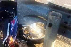 Ô tô đầu kéo va chạm xe máy: Cha chết thảm, con bị thương