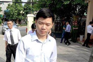 Vụ chạy thận 9 người chết ở Hòa Bình: Bị cáo Hoàng Công Lương suy sụp vì bản án 30 tháng tù