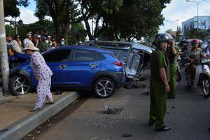 Ô tô tông hàng loạt xe máy dừng chờ đèn đỏ, 6 người bị thương
