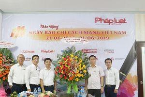 Bộ trưởng Lê Thành Long thăm, chúc mừng Văn phòng đại diện Báo PLVN tại Kiên Giang nhân ngày 21.6