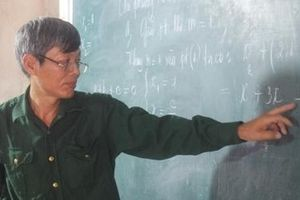 Thầy giáo 'không chuyên' nặng lòng với học sinh nghèo vùng cao
