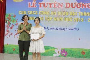 Món quà tinh thần cổ vũ con em cán bộ chiến sỹ Công an quận Ba Đình