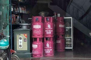Bị 'tuýt còi' vì bày bán bán gas khi chưa đủ điều kiện