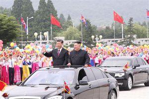 Ông Tập Cận Bình đi xe mui trần, vẫy chào người dân Triều Tiên