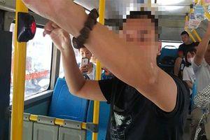Bắt quả tang thanh niên thủ dâm trên xe buýt Hà Nội