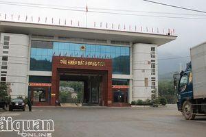 Hải quan Bắc Phong Sinh làm thủ tục cho 18 xe tải thường xuyên qua lại chở hàng nhập khẩu