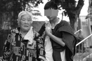 Nghẹn lòng hình ảnh bà nội 80 tuổi chờ cháu trai bị thiểu năng