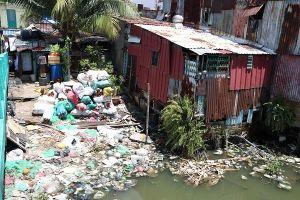TP.HCM: Dân khốn khổ vì rạch Xuyên Tâm đầy rác bẩn, bốc mùi hôi thối