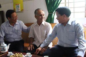 Chủ tịch UBND TP Hà Nội tặng quà đối tượng chính sách tại tỉnh Bến Tre