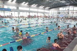 Nhộn nhịp các lớp học bơi dịp hè