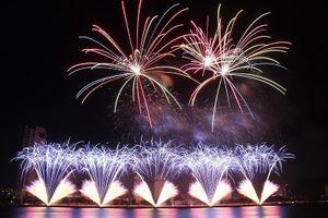 Ngỡ ngàng trước hàng vạn quả pháo hoa 'đốt cháy' sông Hàn