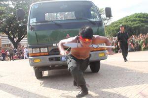 Chiến sĩ cảnh sát cơ động kéo xe tải hơn 4 tấn