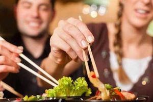 Ăn uống chung có thể lây virus gây ung thư vòm họng