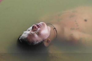 Người đàn ông say xỉn 'ngủ quên' trên mặt nước ở Thái Lan