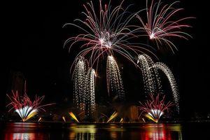 Anh và Trung Quốc cống hiến đêm thi rực rỡ sắc màu