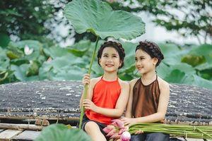 'Đốn tim' bộ ảnh bên hoa sen của cặp song sinh nhí Hà thành