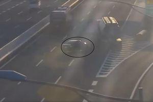 Đi lùi trên cao tốc Hà Nội - Hải Phòng, ô tô suýt bị xe bồn đâm trúng