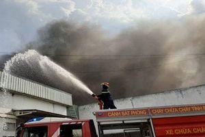 Cháy lớn trong khu công nghiệp Sóng Thần, hàng hóa bị thiêu rụi