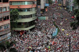 Người biểu tình bao vây trụ sở cảnh sát Hong Kong, chặn đường Hội đồng lập pháp