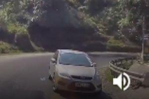 Ôtô hồn nhiên đi ngược chiều, tạt đầu xe đang đổ dốc
