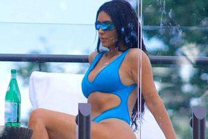 Kim Kardashian bốc lửa với bikini xanh