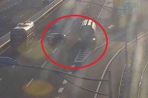 Clip: Phẫn nộ ô tô con đi lùi trên cao tốc Hà Nội - Hải Phòng suýt gây tai nạn thảm khốc