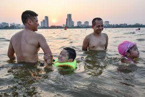 Nắng nóng cao điểm: Người Hà Nội 'biến' Hồ Tây, sông Hồng thành bể bơi khổng lồ