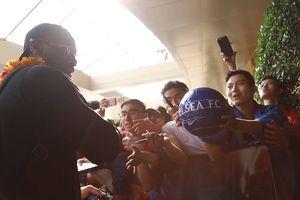 Drogba nhiệt tình kí tặng và chụp hình với fan Việt Nam