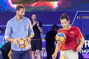 Rio Ferdinand thể hiện kỹ năng tâng bóng cùng cựu danh thủ Hồng Sơn