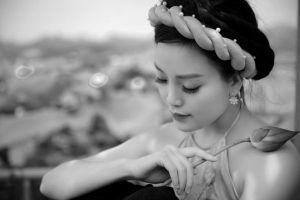 Chị em Sao Mai Huyền Trang nền nã, e ấp bên hoa sen
