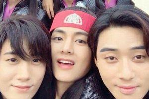 Park Seo Joon và Choi Woo Shik gửi xe thực phẩm ủng hộ nhưng vẫn không quên 'troll' mạnh anh chàng V (BTS)