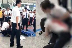 Bỏ lỡ tàu, hành khách rút dao đâm nhân viên nhà ga để trút giận