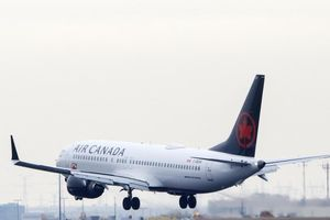 Ngủ quên, hành khách tỉnh dậy giữa đêm tối và máy bay không bóng người