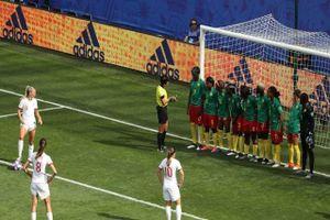 Cú sút phạt trái phá giúp Anh vào tứ kết World Cup nữ