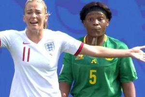 Tiền đạo đội tuyển nữ Anh bị cầu thủ Cameroon nhổ nước bọt vào tay