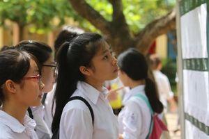 Phụ huynh sốc khi trường top đầu Hà Nội hạ điểm chuẩn thấp kỷ lục