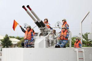 Sức mạnh khẩu pháo Mỹ trên tàu đổ bộ lớn nhất Việt Nam