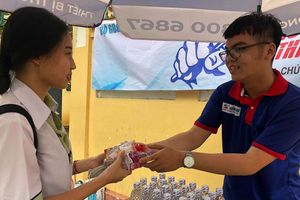 Sinh viên tình nguyện TP.HCM không ngại đội mưa hỗ trợ thí sinh