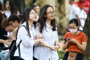 Đến trường làm thủ tục dự thi, dàn nữ sinh Hà thành thu hút mọi ánh nhìn
