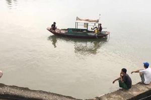 Lật thuyền đánh cá, 2 bà cháu mất tích dưới sông