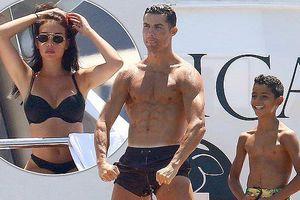 Bạn gái Ronaldo khoe dáng nóng bỏng với bikini trên du thuyền