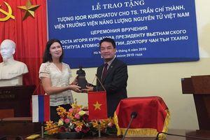 Nga trao tặng tượng Kurchatov cho nhà khoa học Việt Nam